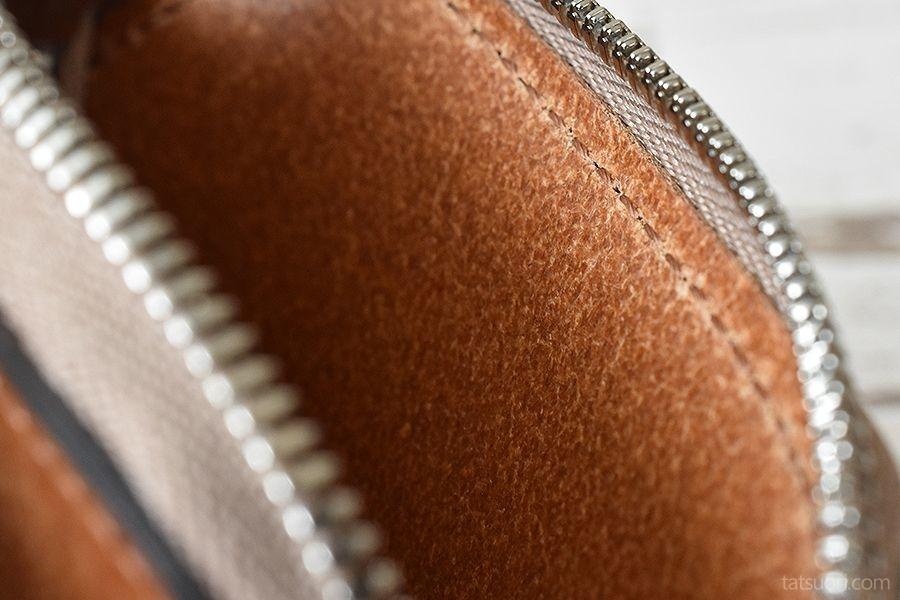 内部レザーの質感と縫製ズーム