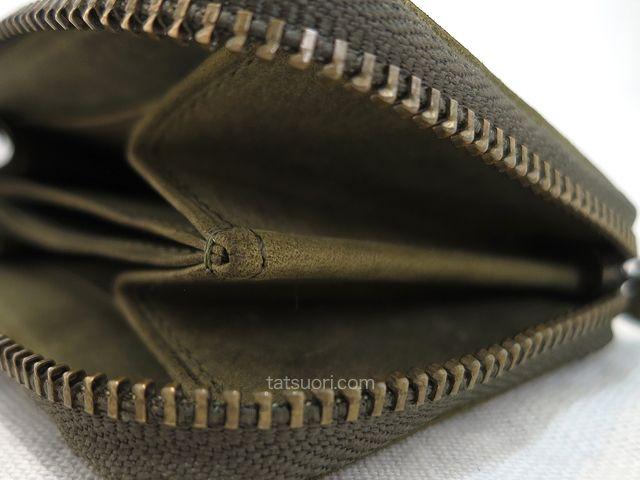 「ナポレオンカーフ アドルフコインパース」側面から見たファスナー箇所のアップ