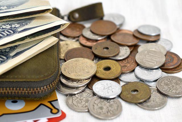 40枚ほどのコインとお札を3枚、カード4枚を用意
