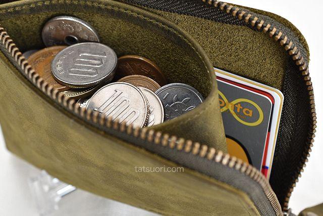 コインがいっぱいに詰まった「ナポレオンカーフ ボナパルトL字ファスナー」の内部中央ポケット