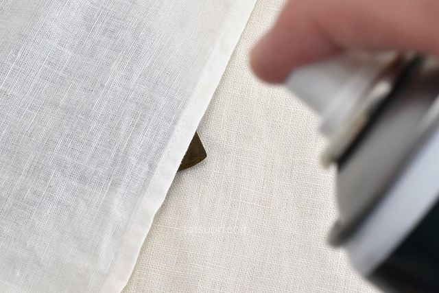財布の目立たない箇所にスプレー(パッチテストの実行)